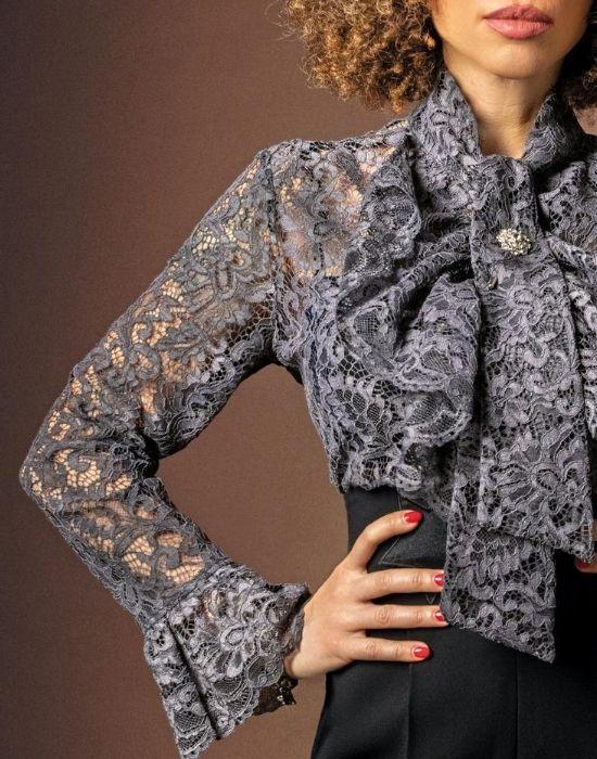 [el]Δαντελένιο πουκάμισο με ροζέτα brooch NaraCamicie [en] lace shirt with rosette brooch NaraCamicie.